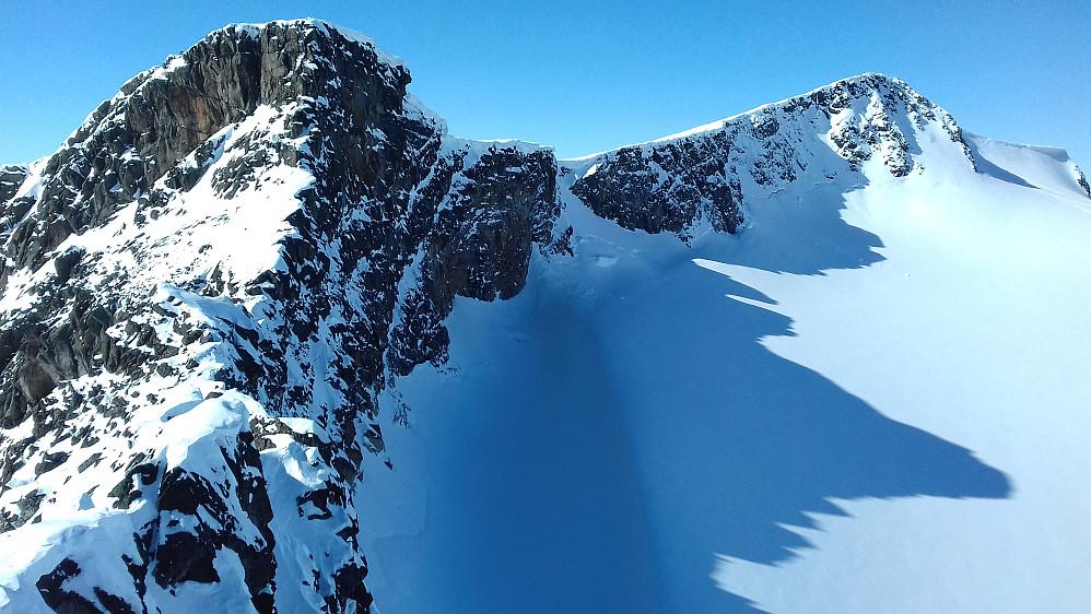 Fra Midtre mot høyeste Søre og stortoppen.
