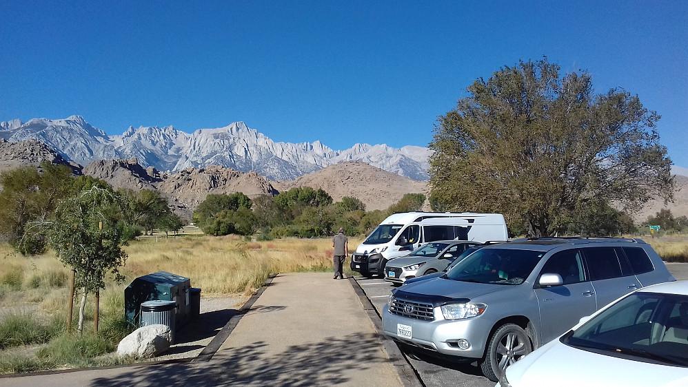 Mount Whitney ca midt i bildet sett fra besøks- og informasjonssenteret i Lone Pine.