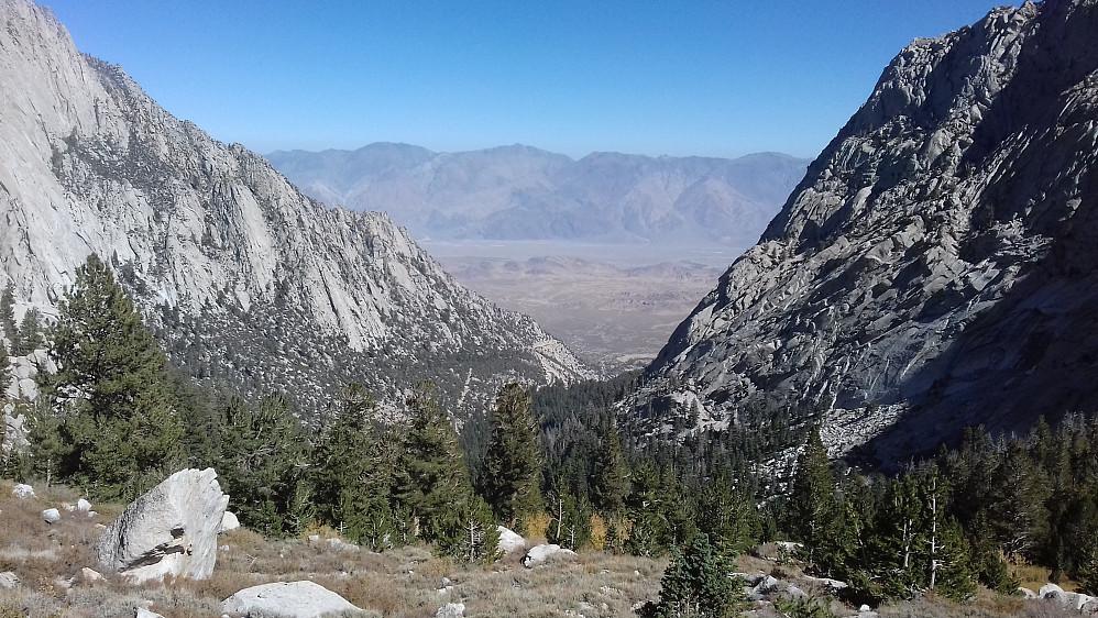 Utsikt bakover og nedover mot utgangspunktet og Owens Valley i bakgrunnen. Er det dette vakre synet jeg husker best fra Whitney mon tro?