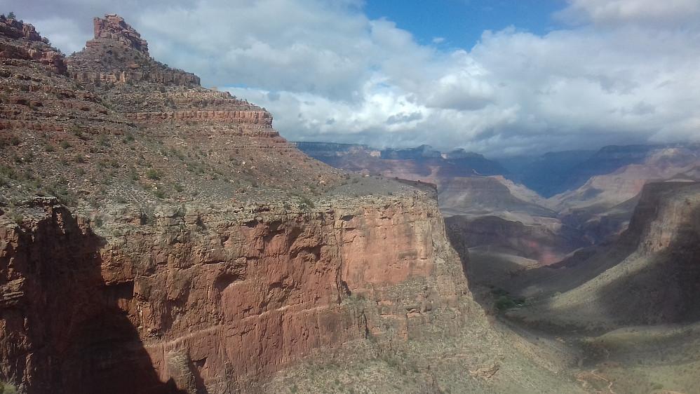 En ting har Grand Canyon og Beerenberg til felles: Rødt fjell her og der. :)