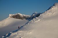Jeg rusler oppover søraustreryggen med eventyrlige Skeie og Store Smørstabbtinden i bakgrunnen.