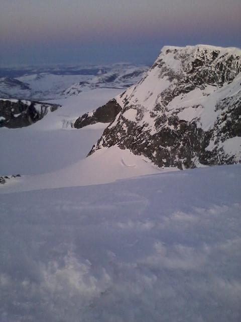 Fra vestskuldra på den enorme grytetoppen mot høyeste toppen på Glittertind og Grotbrean under.