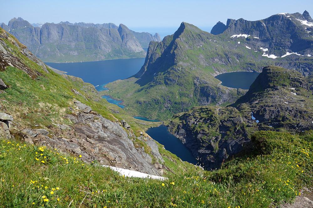 På vei ned fra Hermannsdalstinden tok jeg bildet som oppsummerer Lofotens skjønnhet ifølge meg sjøl.