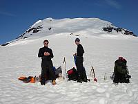 Morten og Sondre på det som skulle være leirplassen vår. Det begynner virkelig å se lovende ut nå!