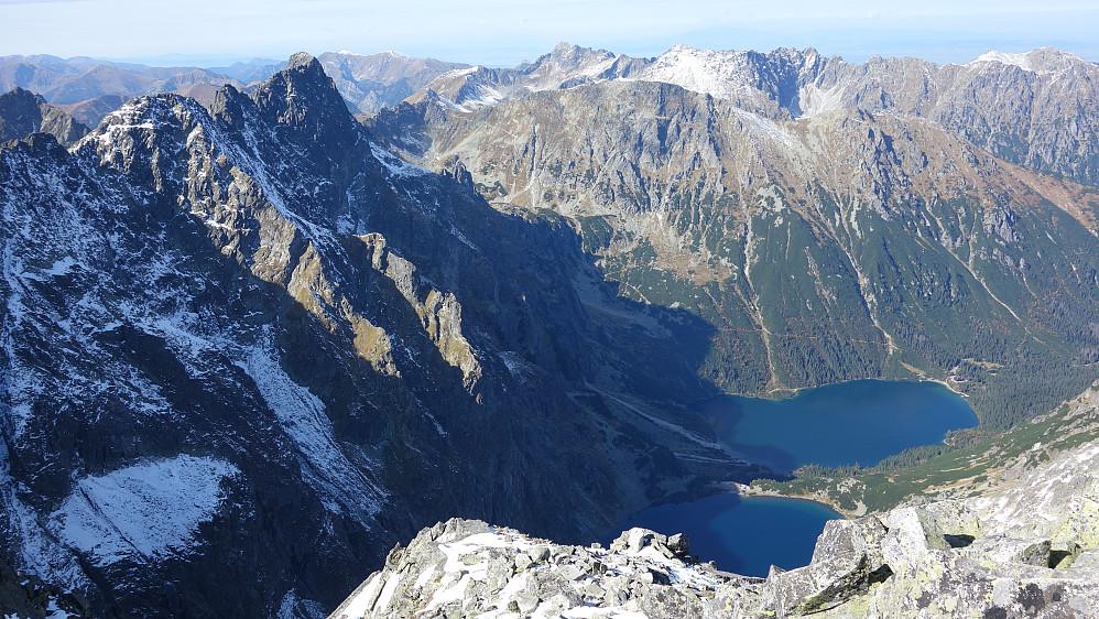 Morskie Oko og tøff fjellrygg til venstre. Miedziane hever seg høyt over havøyet.