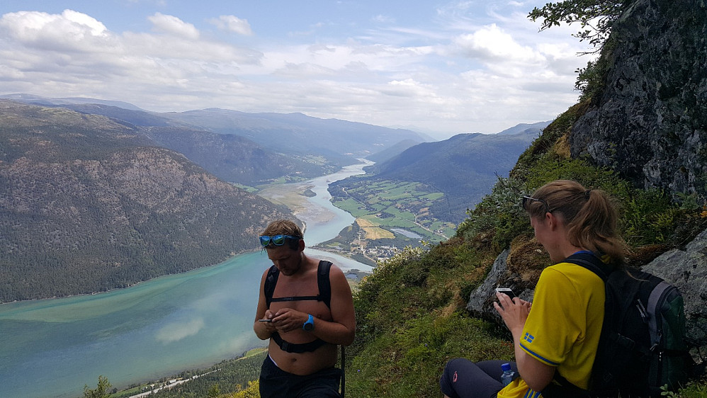 Lite stopp på vei opp Lomseggen, utsikt østover mot Vågå