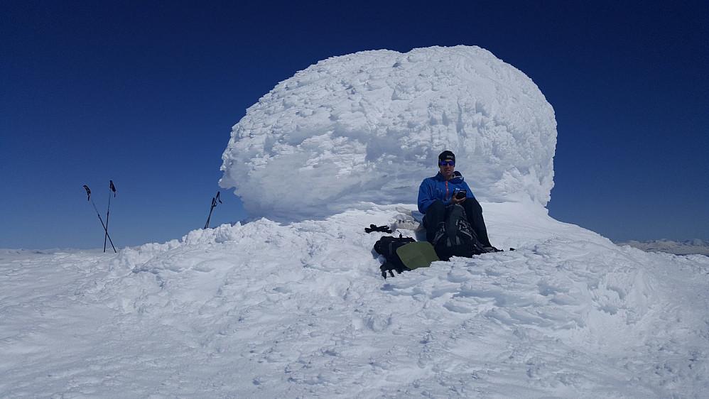 Johannes ved den snøkledde varden på Store Kvitingskjølen