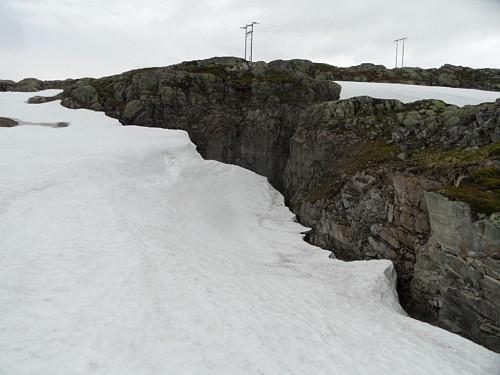Øvre munning av nedre tunell der eg kraup ut inntil fjellsida t.h.