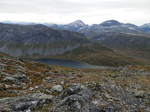 Vassdalsvatnet og nordeggen til Vassdalsfjellet. Rognnebba og Fruhøtta bak.