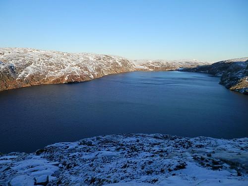 Øyarvatnet 904 moh med Stutaheia t.v.