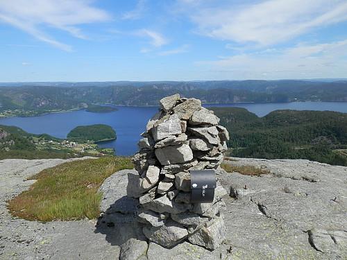 På Gullbergknuden med utsyn over Lundevatnet.
