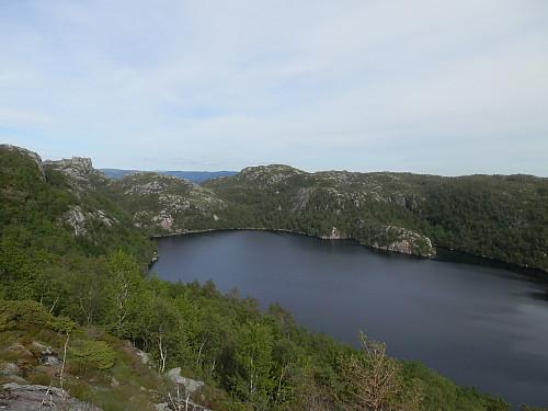 På veg ned mot Gullvatnet med Storeknuden i midten bak.