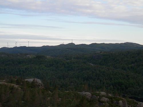 Sørvestover mot Voreknuden og vindmøllepark.