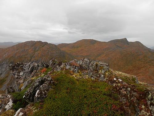 På Storesarpen med utsikt vestover mot Røvsdalsnipa bakerst t.h.