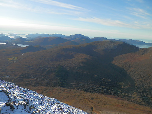 NV mot Blåskjerdingen 1069 m i det fjerne som er snøfri. E39 over Ørskogfjellet framst.