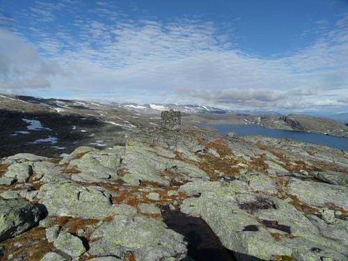 Oppe på Kjerringhetta med Hesbrepiggane i bakgrunnen og Storvatnet t.h.