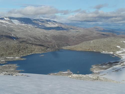 Gjekk i øvre kant av Liabreen. Ser nordaust mot Liabrevatnet 1460 og Hestbrepiggane.