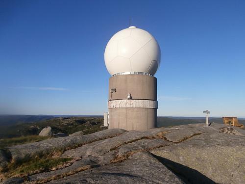 Meteorologisk institutt's nedbørradar på Stakksteinsliknuten.