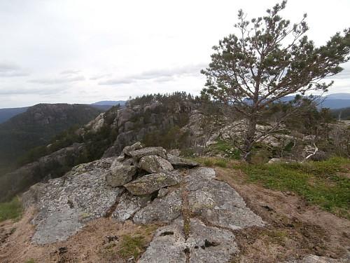 Fleire toppunkt på Kyrkjefjellet. Her ytterst på sørkanten. Helgafjellet bak t.v.
