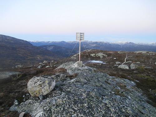 Trigpunkt på toppen av Berefjell.
