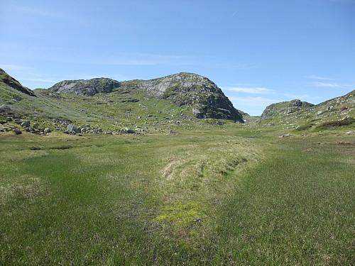 Gjekk opp sørover (t.v.) ved Kleivi foran den framtredande fjellryggen.