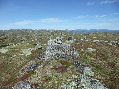 På den jamnhøge sørtoppen på Urdvassheii med nordtoppen (trigpunktet) bak.