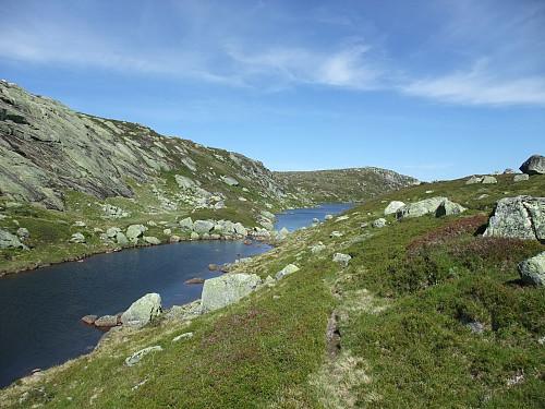 Sti mellom tjerna i Urdevassdalen med Øyetjørnsknuten bak.