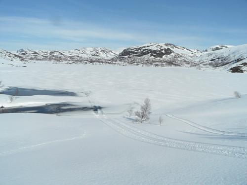 Tilbakeblikk over Jensavatnet, og det er snøskuterspor i området.