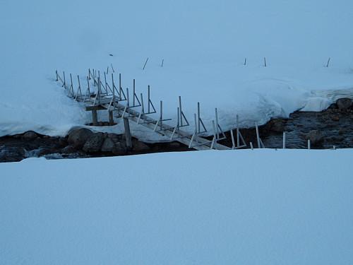 Bru over utløpsåna sør for Jensavatnet.