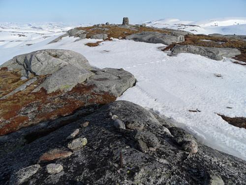 På 1174-toppen med trigpunkt/ jernbolt foran med varden lenger aust.