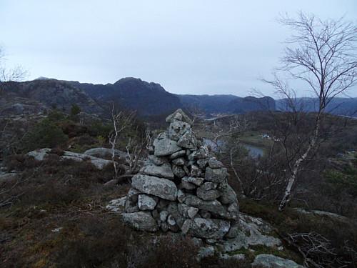 Toppvarden på Våmulen. Ser bl.a Bergefjellet 637 og Uburen 440 i bakgrunnen.