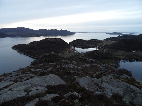 Utsyn utover fjorden med Lerangshammaren i venstre bildehalvdel.
