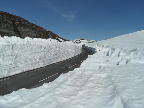 Suleskardvegen gjennom Smogedalen der snøhøyden jamt over er 3-4 m.