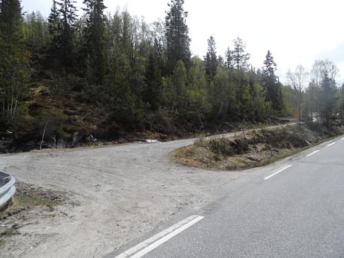 Parkeringsplass på austsida av Fv 45 litt sør for Husebøåna.