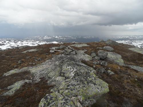 På Undermigheii. Litt av det regulerte Fisstøylvatnet 706 moh ses der regnskuren går.