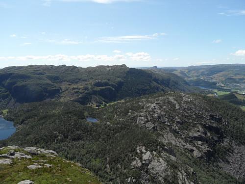 SV mot Daurmålsknuten 544 og Solbjørgnipa 466 litt t.h. og Urdalsnipa 561 heilt t.h.
