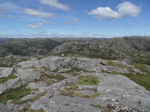 På høgaste topp 550 mellom Stolfjellet og Store Dauremålsknuten 547 med varde.