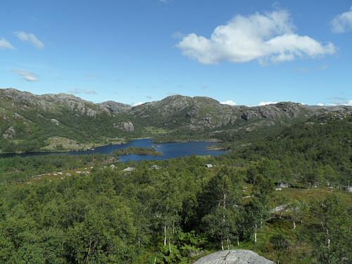 Holmavatnet og Lindefjellet sett frå ein knaus sør for Store Dauremålsknuten.