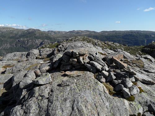 På Rottofjellet's høgaste punkt med trigpunktet/ utsiktspunkt på knausen bak.