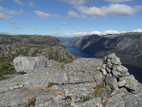 På trigpunktet 599 med utsyn over Ørsdalsvatnet og Ørsdalen i bakgrunnen.