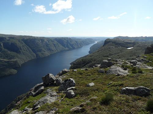 Vestre del av Ørsdalsvatnet og Marsteinfjellet t.h.