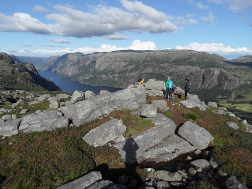 På Marsteinfjellet med Skykula i bakgrunnen og Ørsdalsvatnet t.v. Lauperak lengst t.h.