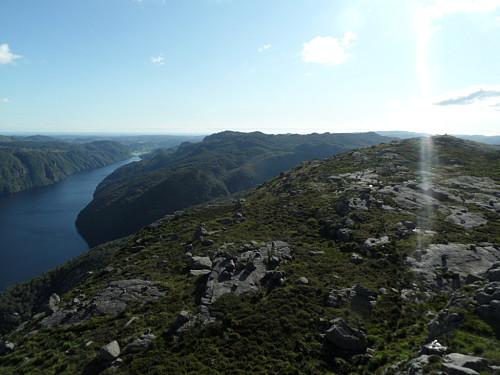 Vestover mot det jamnhøge Åsmundstadfjellet.