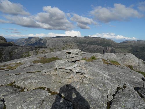 På Åsmundstadfjellet med Marsteinfjellet bak.