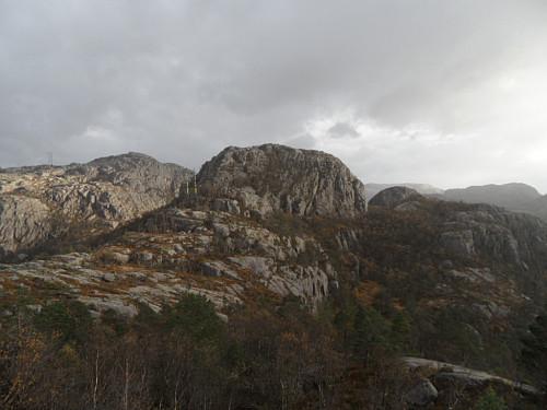Markant namnlaus topp mellom Buksetjørnane sett frå Kruna.