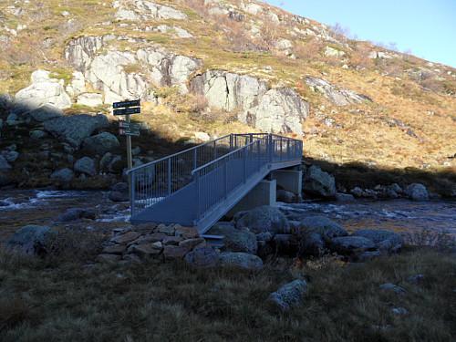 Ny bru over innløpsåna i vestenden av Storhillervatnet.
