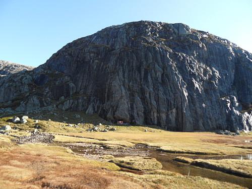Storhiller som har ei hytte under skrå fjellvegg.