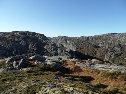 På same topp sett vestover mot Høyversknuten 959 i midten.