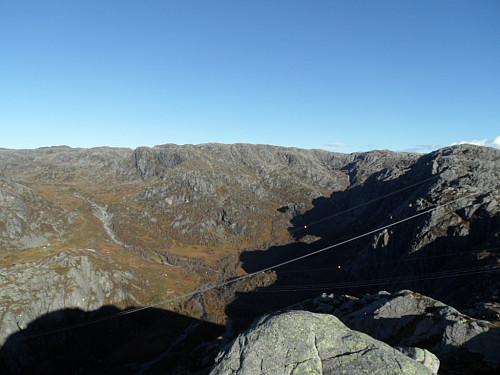 På utsiktspunkt mot Oddaheia og Grasdalen der turisthytta kan ses.