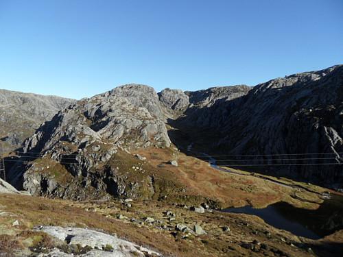 Fulgte dalføret i høgre bildehalvdel austover frå 910-toppen mot 881-tjernet.